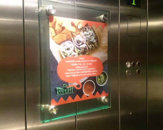 Peligroso advertising in business centers elevators